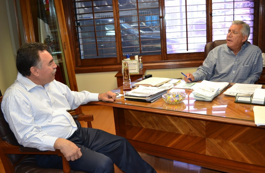 El Alcalde durante su encuentro con el funcionario.