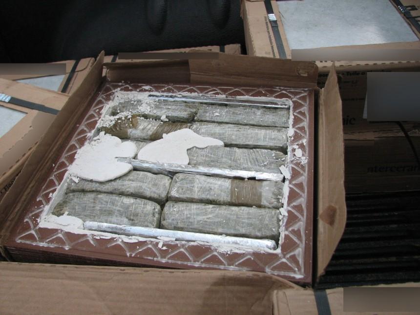 La marihuana en ladrillos ocultos entre azulejos rústicos.