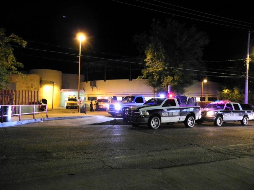 Varias unidades acudieron al nosocomio donde era atendido el sujeto baleado anoche.