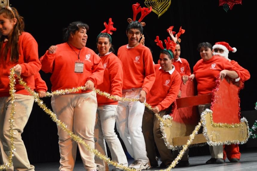 Asiste Alcalde a festival artístico de estudiantes con capacidades diferentes.