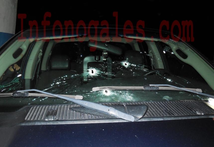 Varios impactos de bala en el parabrisas del pick up encontrado (Foto cortesía).