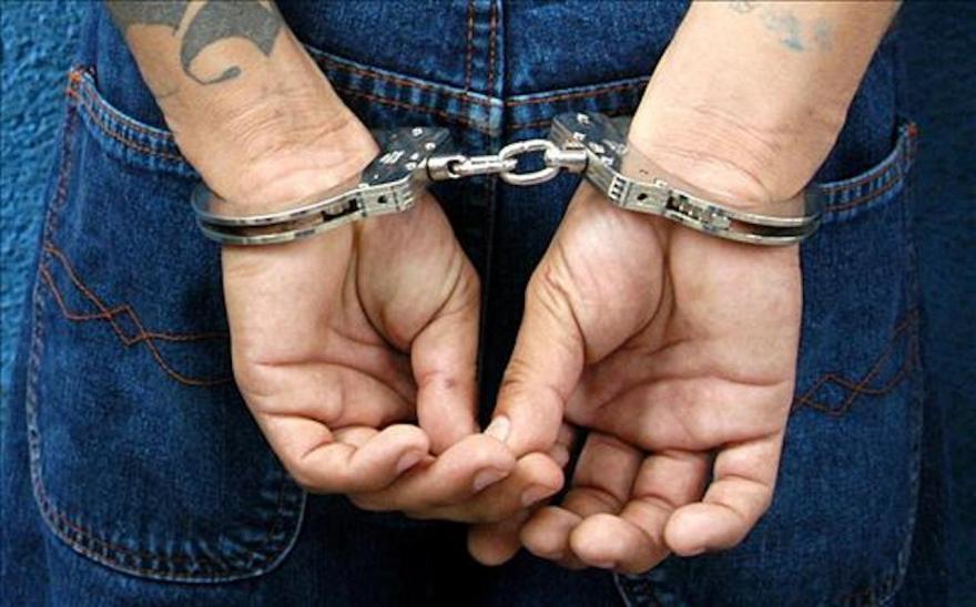 El sujeto fue detenido por policías municipales.