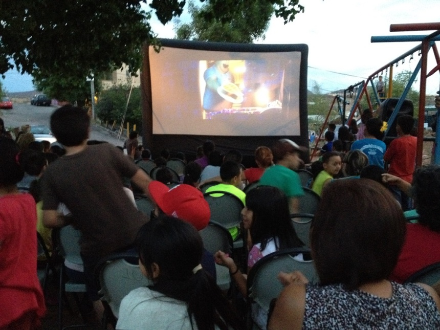 """Lleva Ayuntamiento """"Cine en tu Colonia"""" al fraccionamiento Nuevo Nogales."""