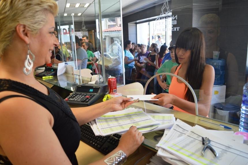 Reciben estudiantes nogalenses pago de becas municipales correspondientes a junio.