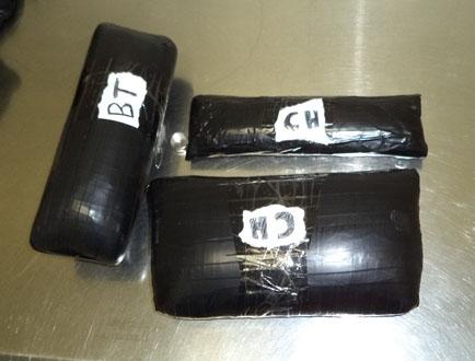 Los paquetes con droga que llevaba la mujer.