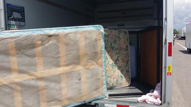 Los ilegales viajaban entre algunos muebles.