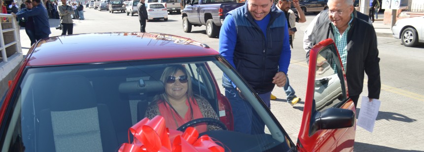 """Entrega Alcalde premios del sorteo """"Gánate el Rojo"""" del pago del predial (4)"""