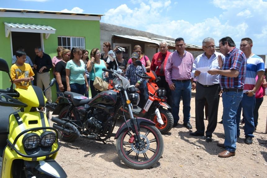 Entrega Presidente Municipal casa y motocicletas del sorteo Gana Cumpliendo.