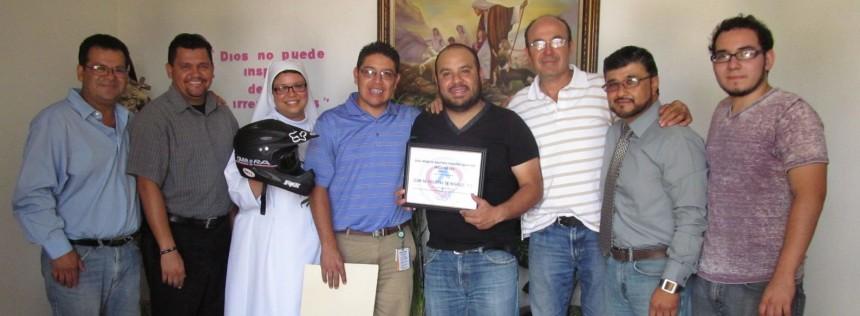La comitiva de la Liga de Ciclistas en Movimiento con la representante legal de la Casa Hogar de Nuestros Pequeños Hermanos, Veronica Méndez.