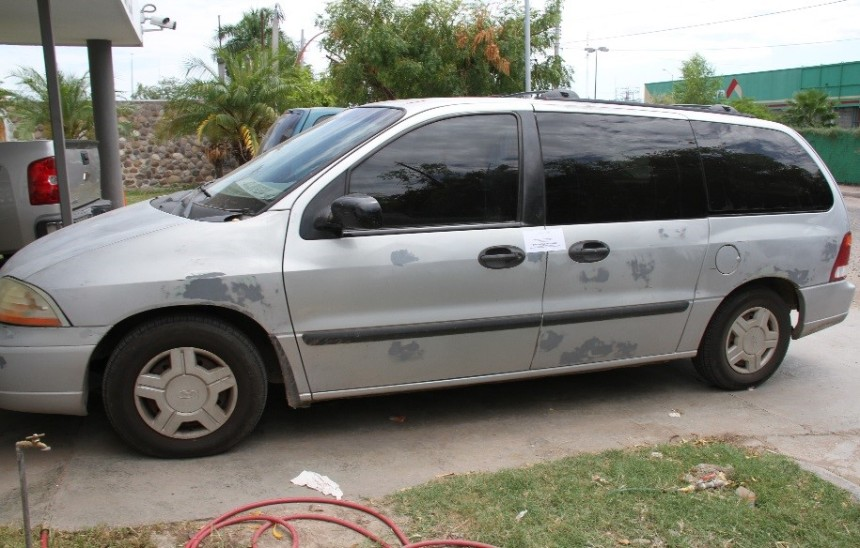 El vehículo donde se trasladaba la familia con el dinero.