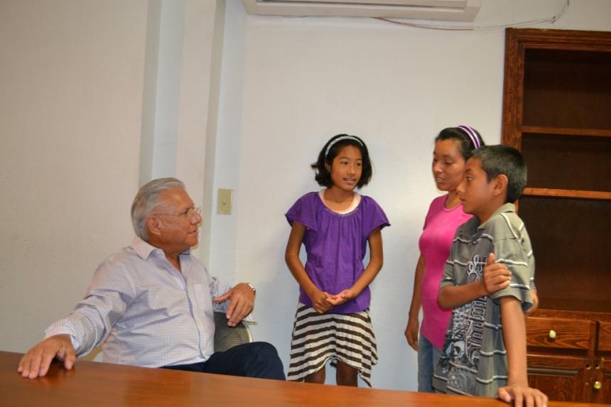 Apoya alcalde Ramón Guzmán a niños en atención ciudadana.