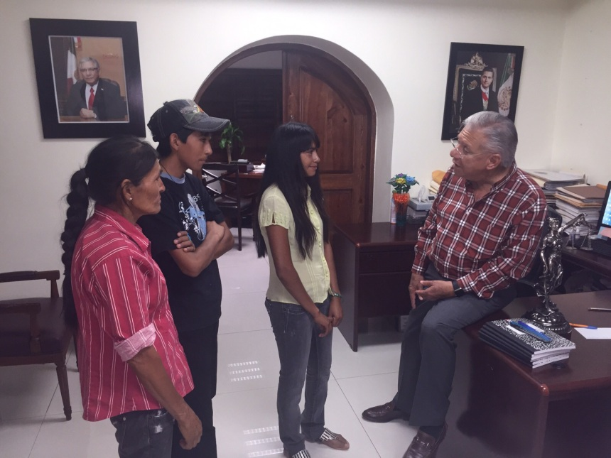 Ayuda al alcalde Ramón Guzmán a jóvenes con útiles escolares.