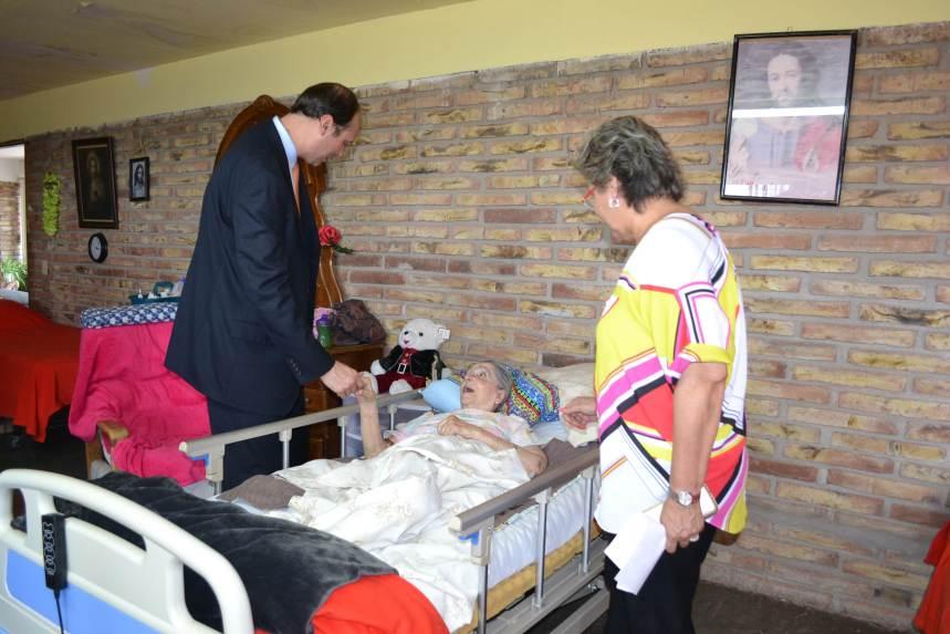 Participa Lupita Monroy en donativo para Asilo de Ancianos Franciscano por parte del Consulado de E.U.
