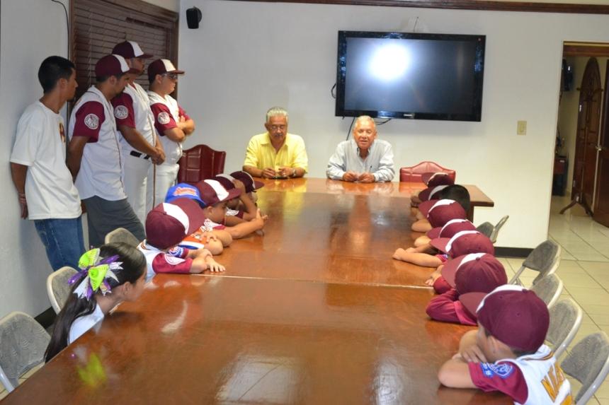 Agradece equipo de beisbol infantil apoyo al alcalde Ramón Guzmán.